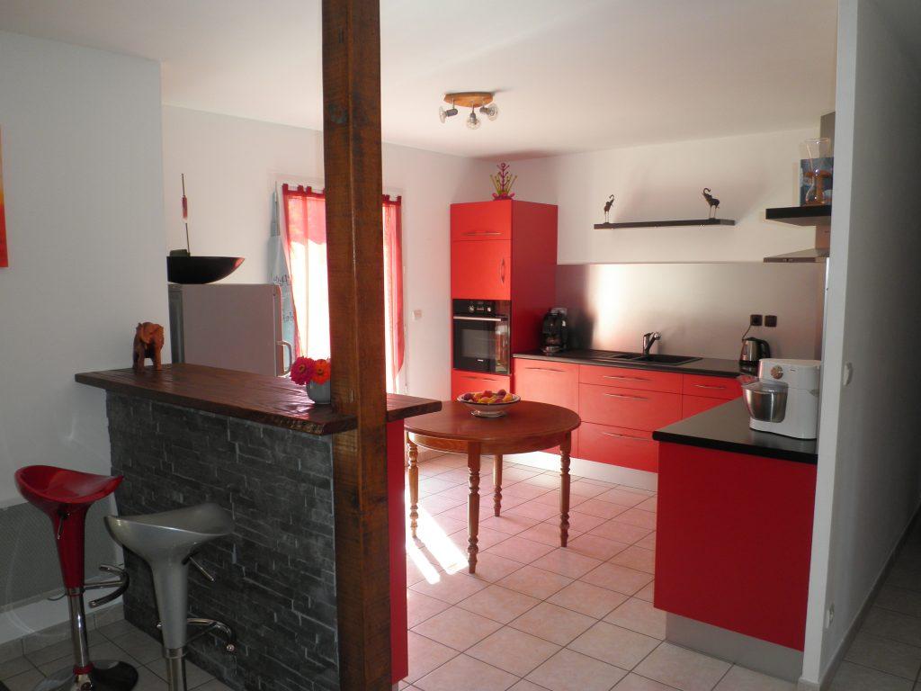 Réalisation d'une cuisine aux façades en mélaminé rouge