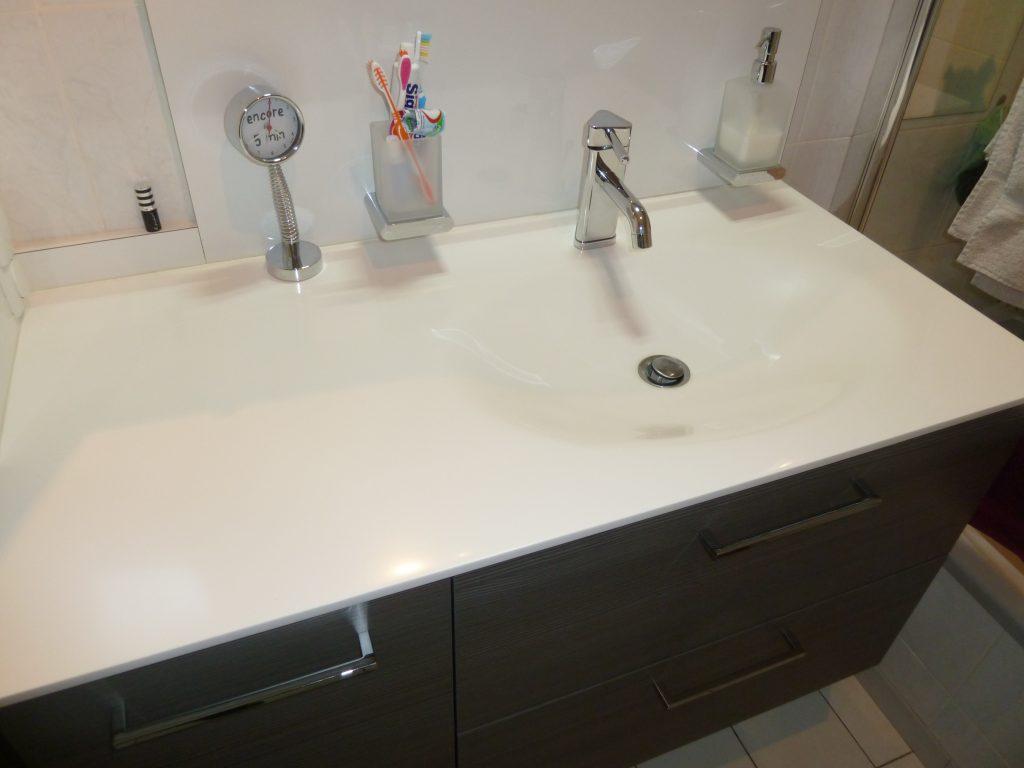 Salle de bains sur mesure avec plan vasque en résine