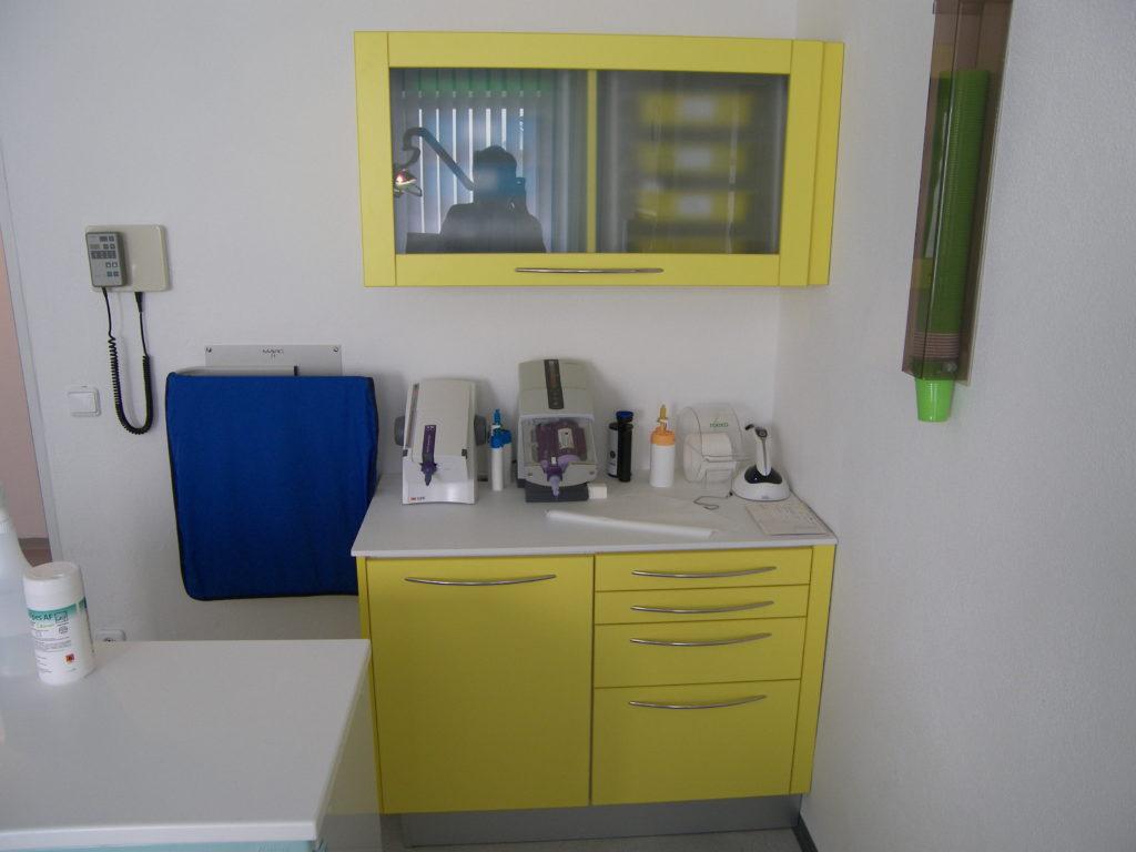 Mobilier dentaire avec plan de travail en résine