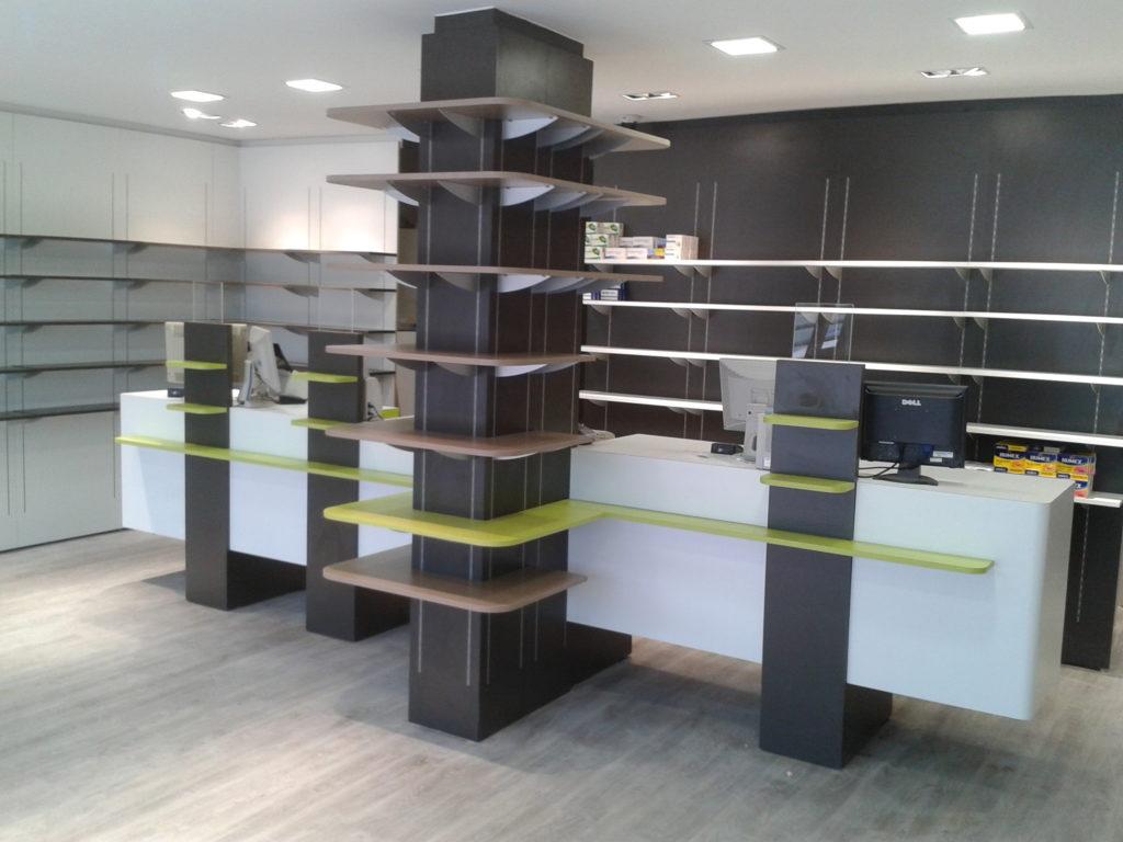 Agencement de mobilier sur mesure dans une pharmacie