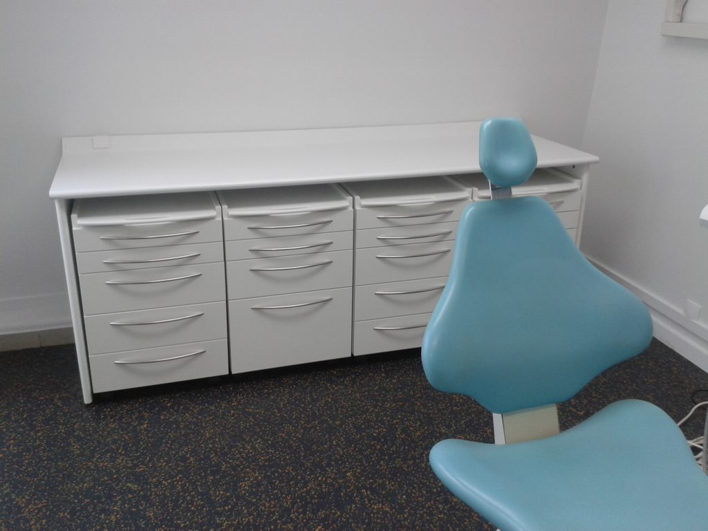 Fabrication de mobilier dentaire sur mesure