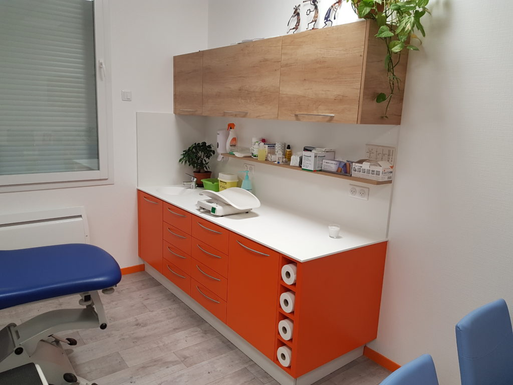 Meuble orange avec plan de travail en résine Solid Surface et meubles hauts finition bois