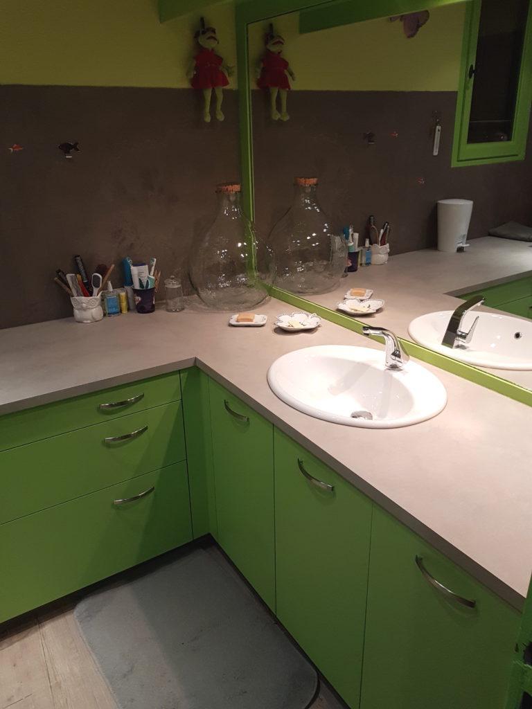 Mobilier de salle de bains verte et plan de travail couleur sable